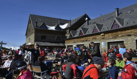 Port Ainé va rebre ahir més de tres mil esquiadors i va tancar al matí al no poder acollir més vehicles.