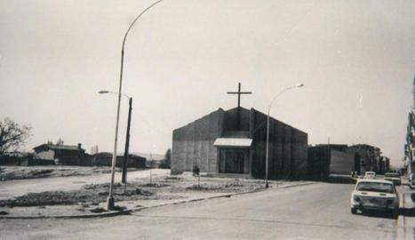 La parròquia Verge dels Pobres s'ubica al costat del centre cívic del barri. A la dreta, una imatge històrica de l'església.