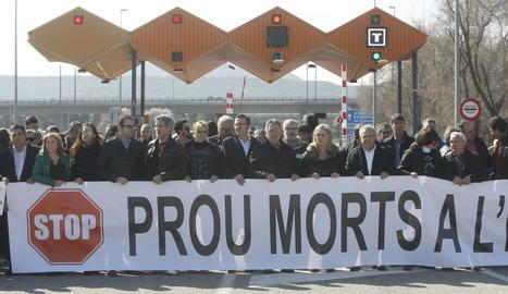 Els manifestants davant del peatge de l'autopista per exigir que s'alliberi el trànsit per aquesta via.