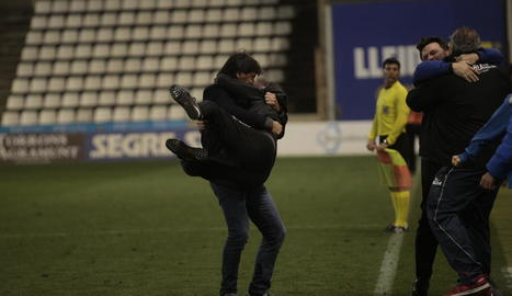 Siviero sosté Albadalejo dissabte passat després del gol del Lleida.