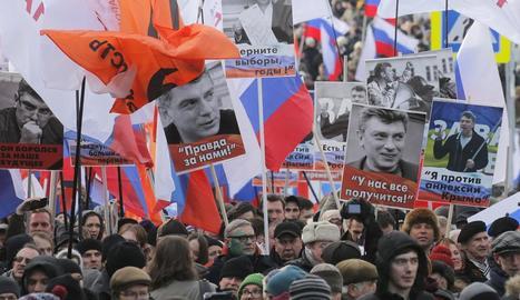 Milers de persones durant la marxa a Moscou per honrar la memòria del líder opositor Borís Nemtsov.