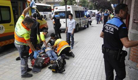 L'home pakistanès al qual va clavar un ganivet a l'esquena al Parc de les Vies (esquerra) i el ciutadà xinès apunyalat a l'abdomen a Príncep de Viana (dreta).