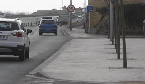 La instal·lació del carril bici a l'avinguda de l'Exèrcit ja està molt avançada en aquest tram a la sortida de la ciutat.