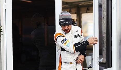 Fernando Alonso, ahir davant del box del seu equip al circuit de Montmeló.