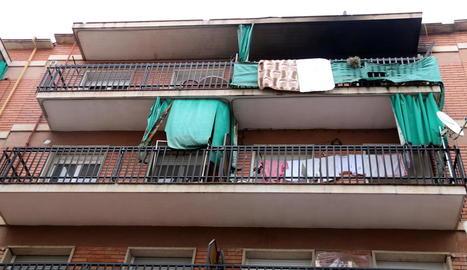 Façana de l'edifici on va tenir lloc l'incendi a Manresa.