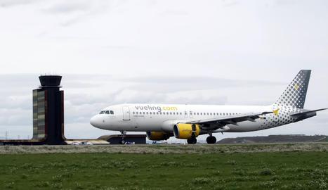 Un Airbus de Vueling aquest dimarts a la pista de l'aeroport de Lleida-Alguaire.
