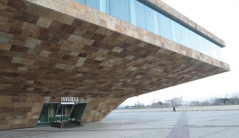 Vista de l'entrada de la cafeteria de la Llotja, Davall, ara tancada al públic.
