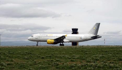 Enlairament de l'avió de Vueling ahir a la pista d'Alguaire, amb la terminal al fons.