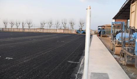 El camp de futbol, a punt per col·locar la gespa artificial.