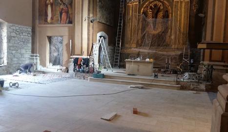 Les obres per instal·lar el nou paviment a l'església.