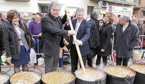 Un moment de la preparació del ranxo. A la dreta, Joan Tardà i l'alcalde de Ponts, Francisco Garcia Cañadas.