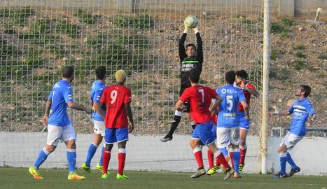 Keita, d'esquena amb el dorsal 9, el dia del partit entre l'Atlètic Saguntí i el Lleida.