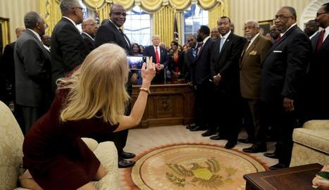 Kellyanne Conway, amb els peus sobre el sofà del Despatx Oval de la Casa Blanca.
