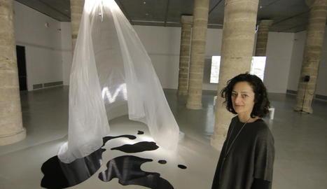 Eulàlia Valldosera, al costat de la instal·lació 'Plastic mantra', que es completa amb projecció de vídeo.