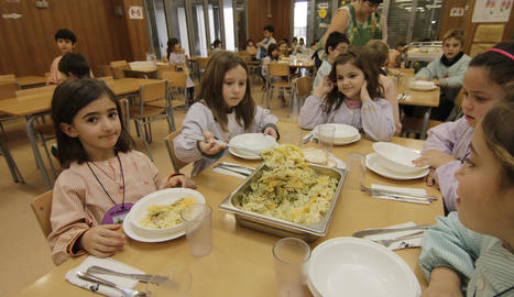 Una alumna del col·legi Sant Jordi servint-se pasta al menjador escolar.