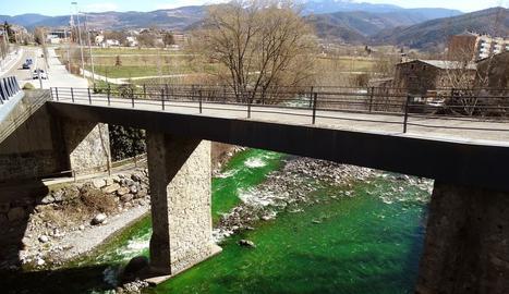 El río Valira, teñido de verde en La Seu d'Urgell