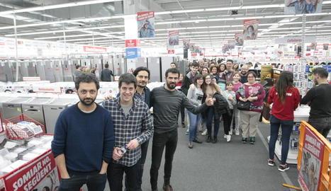 Els Amics de les Arts van firmar discos ahir al Media Markt de Lleida davant més d'un centenar de fans.