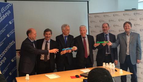 Els directius de Cecot i GlobaLleida, amb els responsables de Treball després de firmar el conveni.