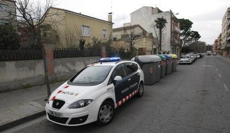 Un cotxe dels Mossos davant la casa afectada.