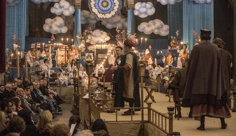 La representació té lloc en un cadafal de 30 metres de llarg amb el cel en un extrem (a la imatge) i l'infern en l'altre.