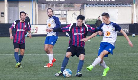 Un jugador de l'EF Tàrrega i un altre del Guissona B lluiten davant la mirada dels seus companys.