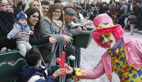 Els veïns d'Almacelles i localitats veïnes van acudir en massa a veure la desfilada de les carrosses i les comparses.