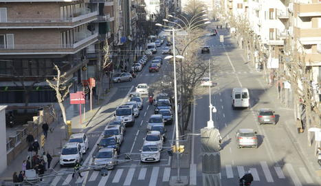 Vista del tram inicial de Prat de la Riba amb la mitjana.