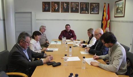 Un moment de la reunió d'ahir a Rosselló que va tancar l'acord per iniciar les obres de l'església.