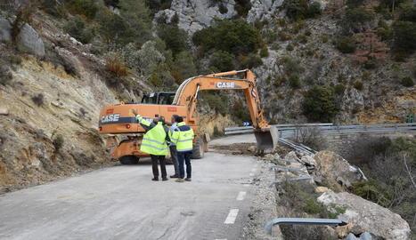 Els treballs ahir per reobrir la carretera de Montant de Tost després del despreniment de dimarts.