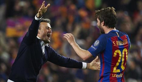 Un Luis Enrique eufòric corre a abraçar Sergi Roberto, que amb el seu gol va culminar la proesa europea del Barça.