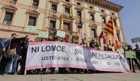 Una trentena de membres de la comunitat educativa de Lleida es mobilitza contra les retallades