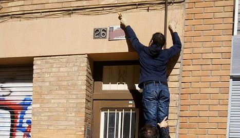 Dos edils de la Crida retiren una placa franquista aquesta setmana.