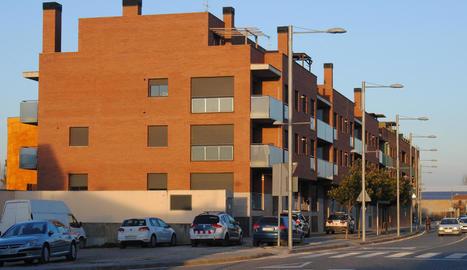 Els Mossos d'Esquadra van acudir ahir al bloc de pisos, després d'okupar-se un altre habitatge.