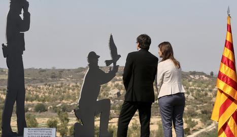 Puigdemont i Serret, al costat del monument en homenatge als agents rurals.