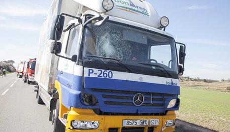 El camió implicat en l'accident, ahir, al lloc dels fets.