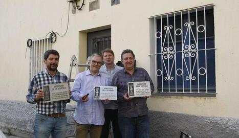 Els representants d'aquesta firma mostren les tres plaques amb el símbol falangista que han retirat.