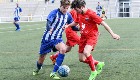 Un jugador de l'Alpicat en pressiona un del San Cristóbal en una de les accions del partit d'ahir.