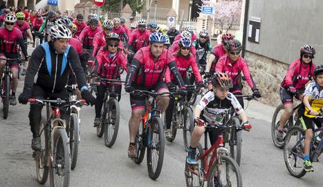 Membres del Club Ciclista Agramunt, ahir, encapçalant la cursa en record al soci mort dissabte.