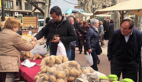 Un visitant realitzant una compra ahir a la fira de Solsona.