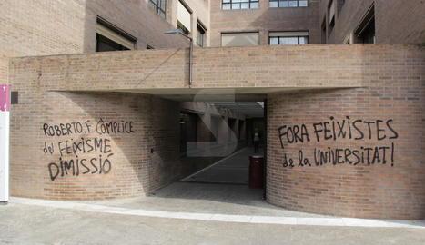 Pintades a la UdL contra el rector Fernández i Inma Manso.