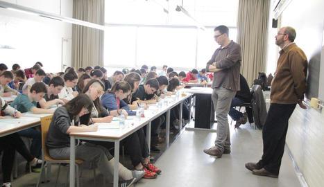 Alumnes s'examinen de les proves Cangur de matemàtiques.
