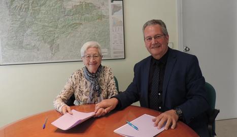 Maria Flors Farré Sostres i l'alcalde de Tremp, Joan Ubach.