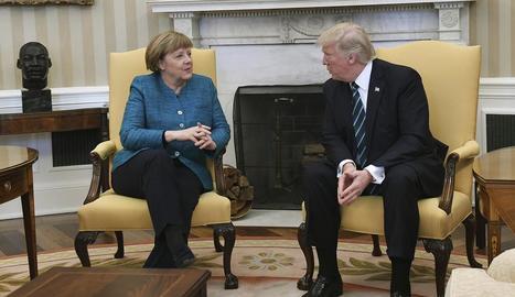 La cancellera Angela Merkel conversa amb el president dels EUA, Donald Trump, a la Casa Blanca.