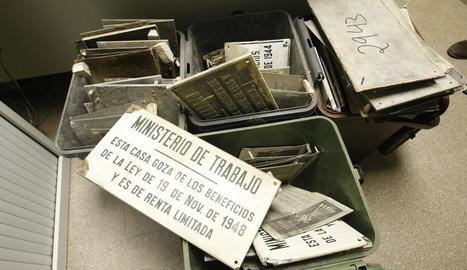 Algunes de les plaques de l'època franquista retirades per la Paeria, ahir a la seu d'Ilnet, i una de les poques que queden en façanes.