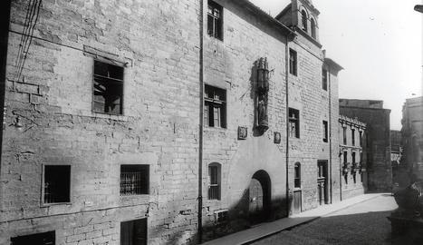 Anys 30 ■ Façana de l'edifici, a la plaça de la Catedral, que ja havia tancat les portes com a hospital després de l'estrena del nou Hospital de Santa Maria a la carretera d'Osca.