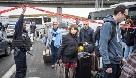 Desenes de persones van ser evacuades de l'aeroport d'Orly, a París, després de registrar-se el tiroteig.