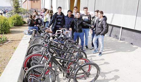 Estudiants del Gili i Gaya, al costat dels mòduls d'aparcament amb 70 places que hi ha a la porta del centre.