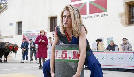 María León, protagonista de la sèrie juntament amb Jon Plazaola, fent d'aixecadora de pedres.