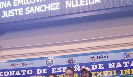 La nadadora del Club Natació Lleida, a la dreta, al tercer calaix del podi.