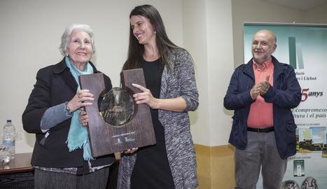L'escriptora Rosa Fabregat va rebre dissabte a Sant Ramon el premi Sikarra de la Segarra.